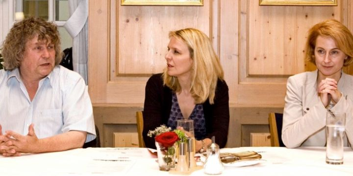Diskutierten über die Arbeit der Landespressekonferenz im Maximilianeum: Uli Bachmeier, Julika Sandt (Bezirksverband München –  Oberbayern) und Kirsten Girschick