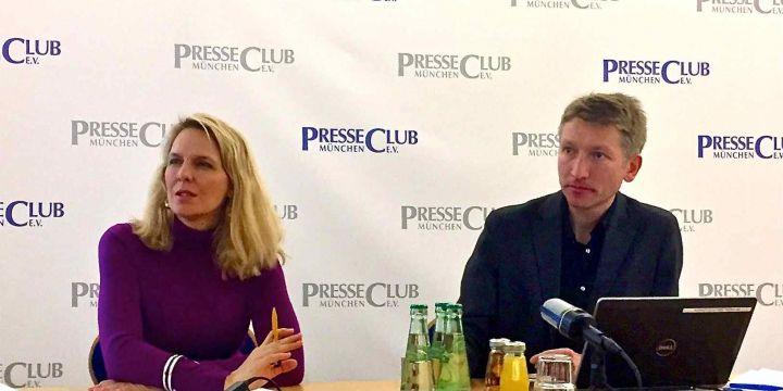 Julika Sandt und Bernward Loheide auf dem Podium im Presseclub München