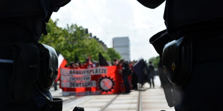 Polizisten bei einer Demonstration von Rechtsextremen