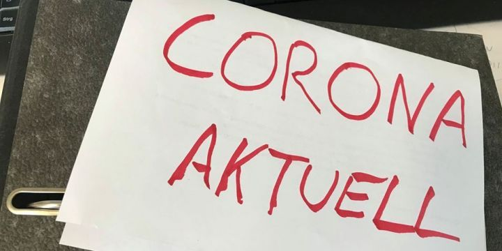 """Aktenordner mit einem A4-Papier """"Corona aktuell"""""""