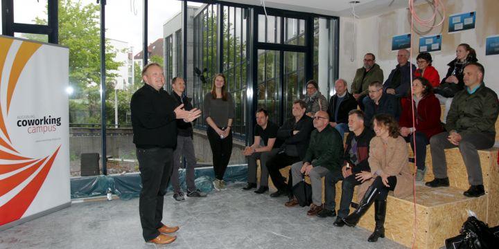Besuchergruppe im Coworking Campus Augsburg