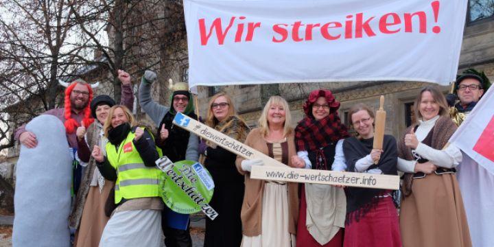 Streikende Journalisten des Obermain-Tagblatts in Gallierkostümen in Lichtenfels