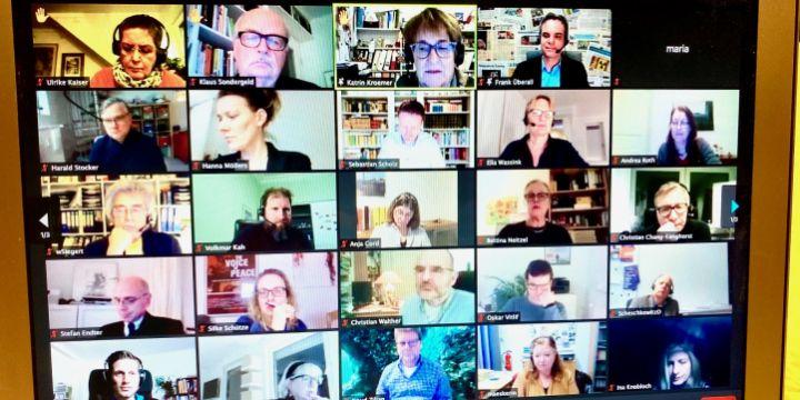 Einzelbilder von Teilnehmer*innen einer Zoom-Konferenz