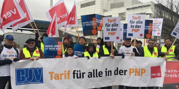 Streikende Journalisten am Faschingsdienstag vor dem PNP-Verlagsgebäude in Passau