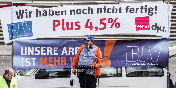 Wolfgang Grebenhof als Redner bei der Streikkundgebung am 24. April in München