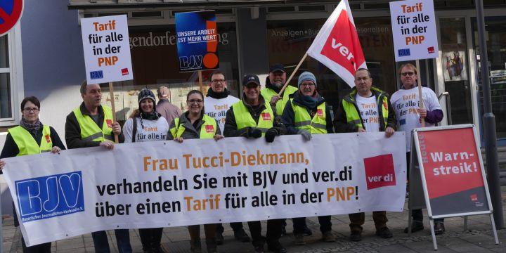 Deggendorfer PNP-Journalisten streiken vor dem Gebäude der Deggendorfer Zeitung